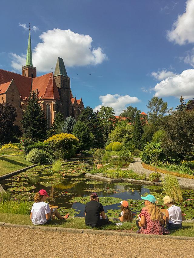 plenery plener malarski wakacje dzieci zajęcia plastyczne rysunek nauka kurs Wrocław ogród botaniczny hobby dorośli młodzież